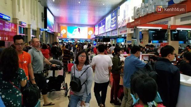 Sân bay Tân Sơn Nhất chật kín hành khách về quê trong ngày làm việc cuối cùng trước kì nghỉ Tết Nguyên đán Kỷ Hợi - Ảnh 5.