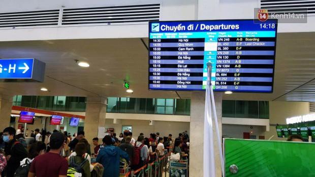 Sân bay Tân Sơn Nhất chật kín hành khách về quê trong ngày làm việc cuối cùng trước kì nghỉ Tết Nguyên đán Kỷ Hợi - Ảnh 6.