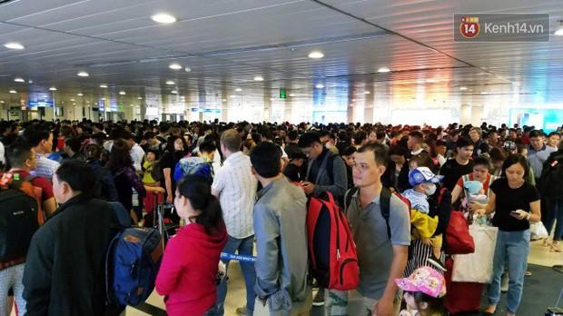 Sân bay Tân Sơn Nhất chật kín hành khách về quê trong ngày làm việc cuối cùng trước kì nghỉ Tết Nguyên đán Kỷ Hợi - Ảnh 7.