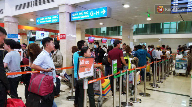 Sân bay Tân Sơn Nhất chật kín hành khách về quê trong ngày làm việc cuối cùng trước kì nghỉ Tết Nguyên đán Kỷ Hợi - Ảnh 8.