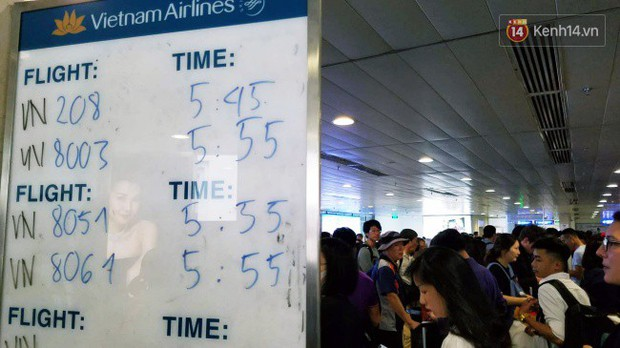 Sân bay Tân Sơn Nhất chật kín hành khách về quê trong ngày làm việc cuối cùng trước kì nghỉ Tết Nguyên đán Kỷ Hợi - Ảnh 9.