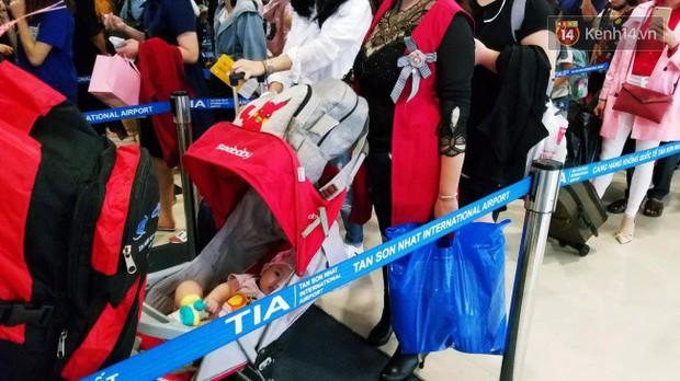 Sân bay Tân Sơn Nhất chật kín hành khách về quê trong ngày làm việc cuối cùng trước kì nghỉ Tết Nguyên đán Kỷ Hợi - Ảnh 11.