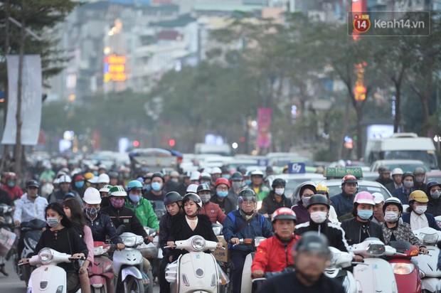 Kết thúc ngày làm việc cuối cùng của năm cũ: Người người vượt khói bụi kẹt xe, hân hoan về quê ăn Tết - Ảnh 14.