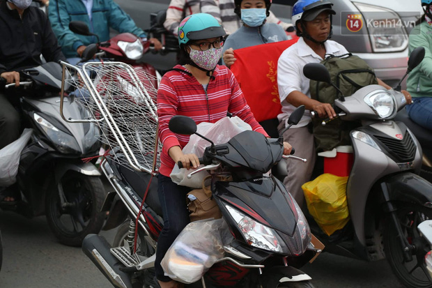 Kết thúc ngày làm việc cuối cùng của năm cũ: Người người vượt khói bụi kẹt xe, hân hoan về quê ăn Tết - Ảnh 23.