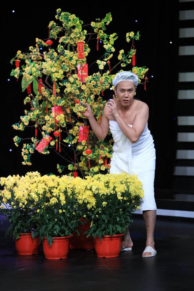 Anh Đức quấn khăn tắm vật lộn với Hoài Linh trong hài kịch đêm giao thừa - Ảnh 4.