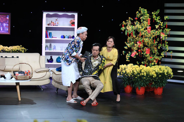 Anh Đức quấn khăn tắm vật lộn với Hoài Linh trong hài kịch đêm giao thừa - Ảnh 2.