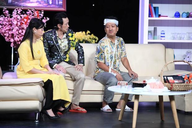 Anh Đức quấn khăn tắm vật lộn với Hoài Linh trong hài kịch đêm giao thừa - Ảnh 3.
