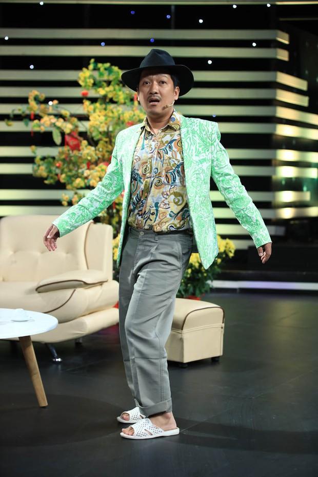 Anh Đức quấn khăn tắm vật lộn với Hoài Linh trong hài kịch đêm giao thừa - Ảnh 7.