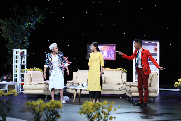 Anh Đức quấn khăn tắm vật lộn với Hoài Linh trong hài kịch đêm giao thừa - Ảnh 5.