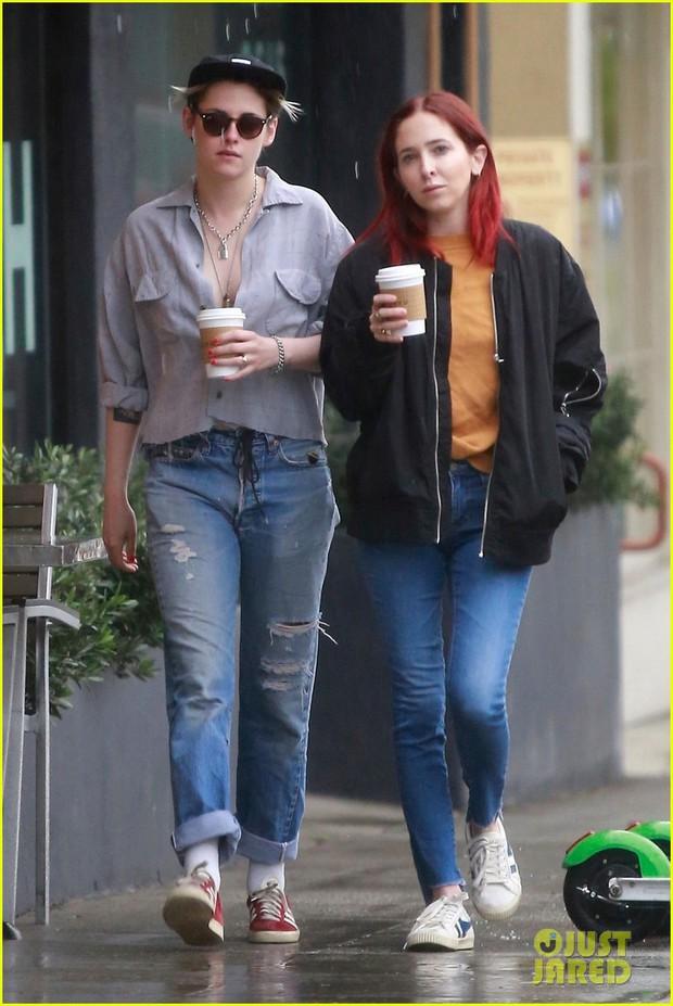 Mặc áo phanh ngực như đàn ông, Kristen Stewart suýt hớ hênh vòng 1 bên bạn gái - Ảnh 1.
