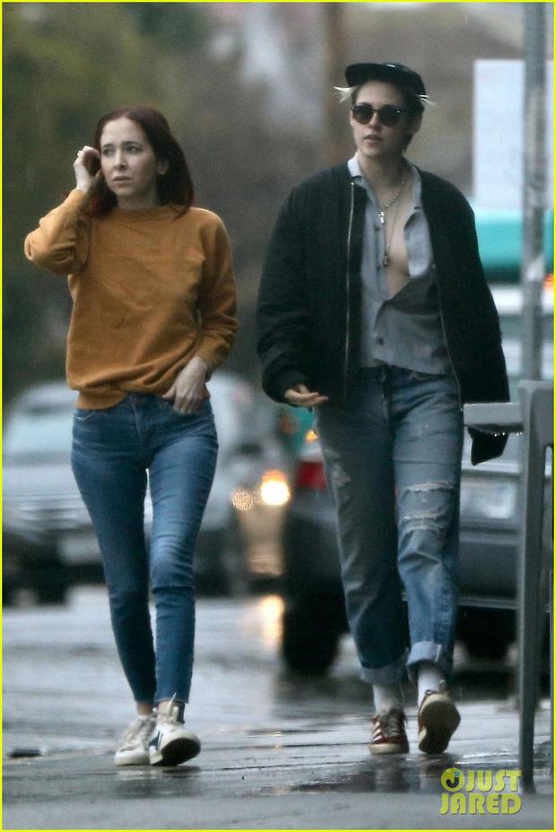 Mặc áo phanh ngực như đàn ông, Kristen Stewart suýt hớ hênh vòng 1 bên bạn gái - Ảnh 4.