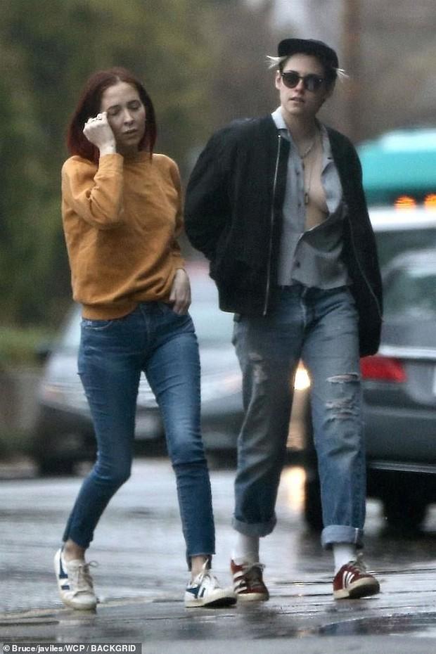 Mặc áo phanh ngực như đàn ông, Kristen Stewart suýt hớ hênh vòng 1 bên bạn gái - Ảnh 3.