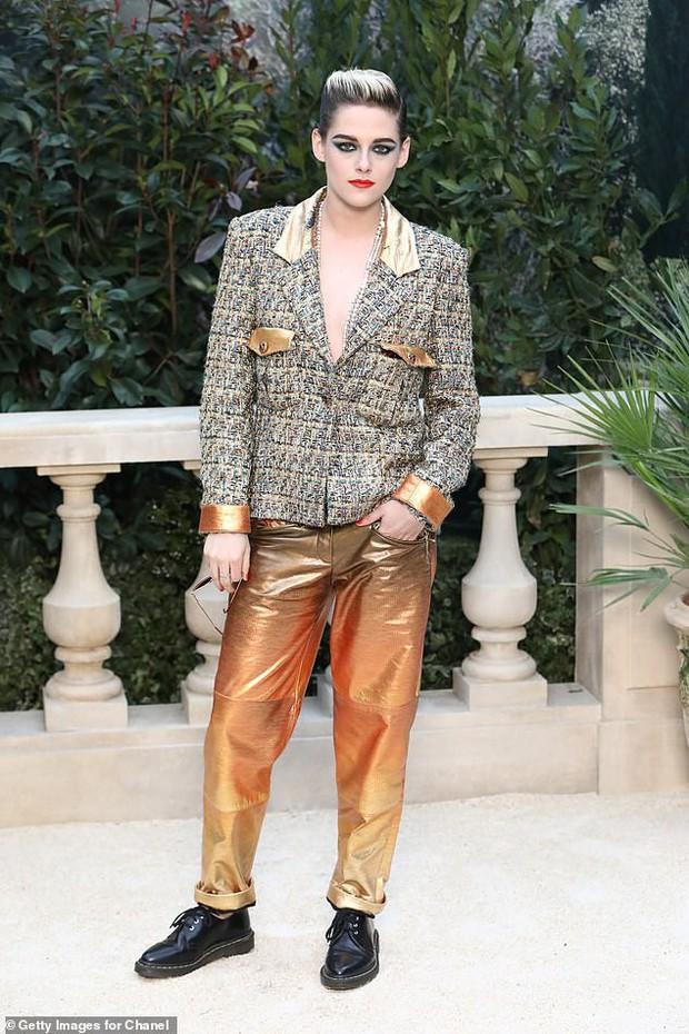 Mặc áo phanh ngực như đàn ông, Kristen Stewart suýt hớ hênh vòng 1 bên bạn gái - Ảnh 5.
