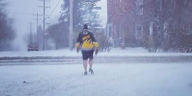 Những thanh niên Mỹ dũng cảm diện quần đùi trong cái lạnh âm 50 độ C - Ảnh 4.