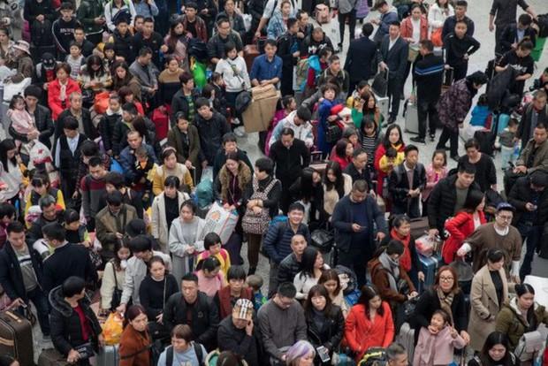 Mùa xuân vận của Trung Quốc: Hàng trăm triệu người nghìn nghịt đổ về quê ăn Tết, chen chúc nhau khắp ga tàu, bến bãi - Ảnh 2.