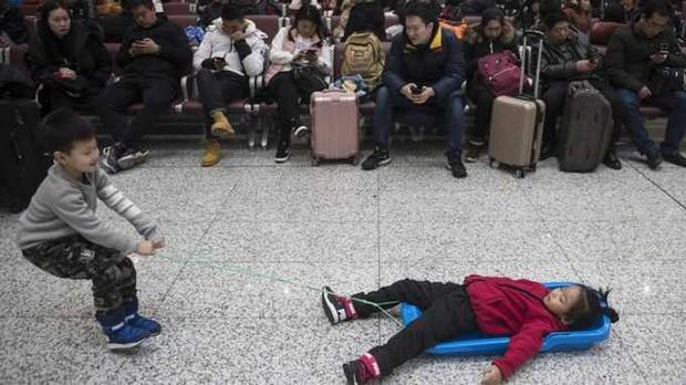 Mùa xuân vận của Trung Quốc: Hàng trăm triệu người nghìn nghịt đổ về quê ăn Tết, chen chúc nhau khắp ga tàu, bến bãi - Ảnh 15.