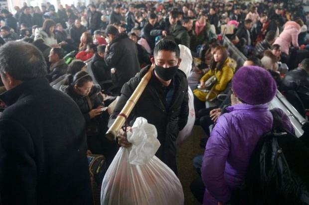 Mùa xuân vận của Trung Quốc: Hàng trăm triệu người nghìn nghịt đổ về quê ăn Tết, chen chúc nhau khắp ga tàu, bến bãi - Ảnh 5.