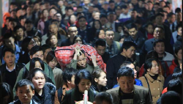 Mùa xuân vận của Trung Quốc: Hàng trăm triệu người nghìn nghịt đổ về quê ăn Tết, chen chúc nhau khắp ga tàu, bến bãi - Ảnh 8.