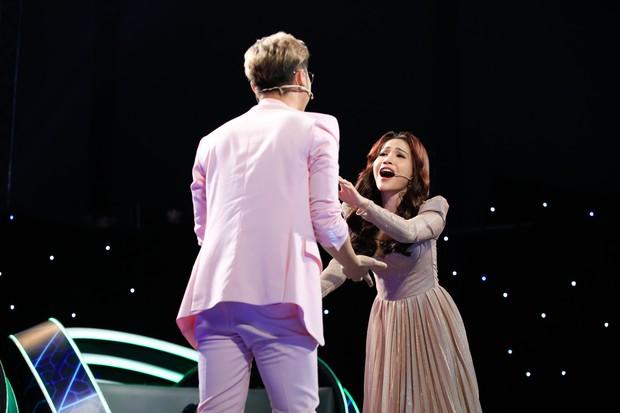 Hòa Minzy - Huỳnh Lập khẳng định ít nói, điềm đạm hơn nhưng vẫn lăn lê bò trườn để chiêu dụ thí sinh nhí - Ảnh 9.
