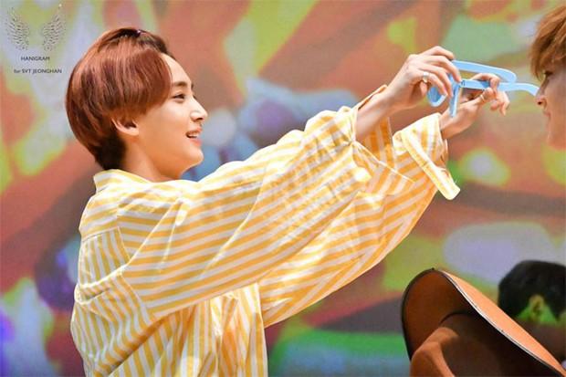 Những khoảnh khắc idol chăm nhau mùi mẫn đến sâu răng: Jennie và thành viên EXO này đặc biệt gây bất ngờ - Ảnh 33.