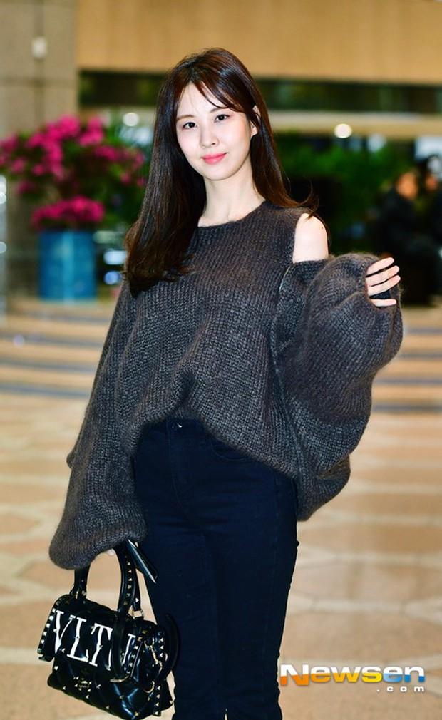 Cùng tăng cân khi xuất hiện tại sân bay: Krystal bị chê vừa thô vừa xuống sắc, Seohyun được khen xinh rạng rỡ - Ảnh 9.