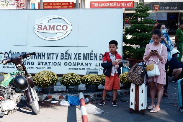 """""""Biển"""" người hối hả quay lại thành phố sau Tết gây ùn tắc nghiêm trọng khu vực cửa ngõ Sài Gòn - Ảnh 10."""