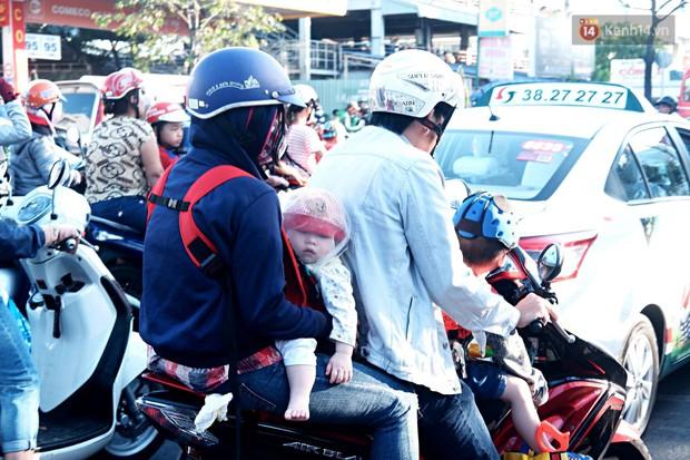 """""""Biển"""" người hối hả quay lại thành phố sau Tết gây ùn tắc nghiêm trọng khu vực cửa ngõ Sài Gòn - Ảnh 8."""