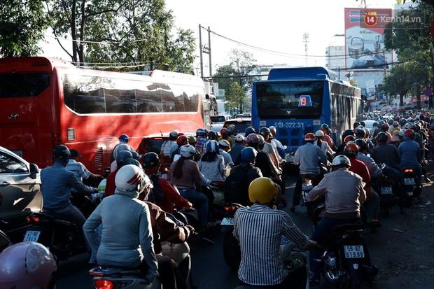 """""""Biển"""" người hối hả quay lại thành phố sau Tết gây ùn tắc nghiêm trọng khu vực cửa ngõ Sài Gòn - Ảnh 5."""