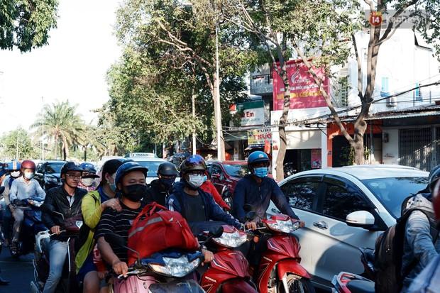 """""""Biển"""" người hối hả quay lại thành phố sau Tết gây ùn tắc nghiêm trọng khu vực cửa ngõ Sài Gòn - Ảnh 7."""