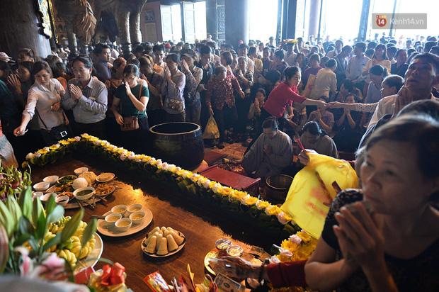 Biển người ùa vào Điện thờ Tam Thế ngay sau lễ khai hội Bái Đính - Ảnh 13.