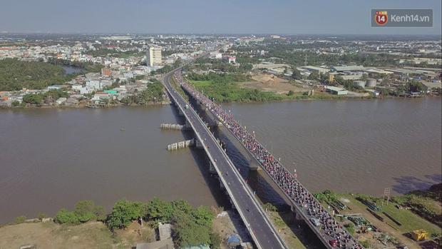 """""""Biển"""" người hối hả quay lại thành phố sau Tết gây ùn tắc nghiêm trọng khu vực cửa ngõ Sài Gòn - Ảnh 1."""