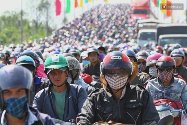 """""""Biển"""" người hối hả quay lại thành phố sau Tết gây ùn tắc nghiêm trọng khu vực cửa ngõ Sài Gòn - Ảnh 3."""