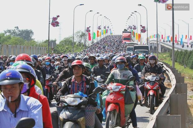 """""""Biển"""" người hối hả quay lại thành phố sau Tết gây ùn tắc nghiêm trọng khu vực cửa ngõ Sài Gòn - Ảnh 4."""