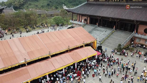 Biển người ùa vào Điện thờ Tam Thế ngay sau lễ khai hội Bái Đính - Ảnh 5.