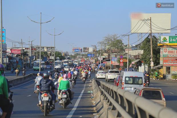 """""""Biển"""" người hối hả quay lại thành phố sau Tết gây ùn tắc nghiêm trọng khu vực cửa ngõ Sài Gòn - Ảnh 12."""