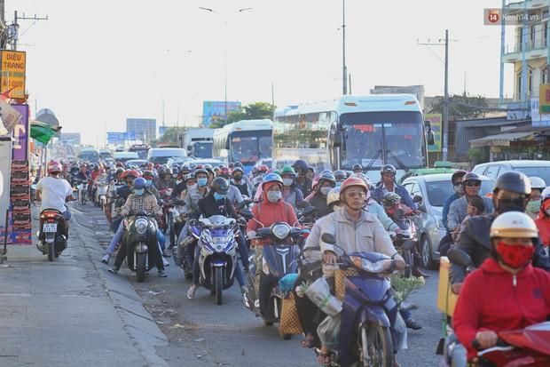 """""""Biển"""" người hối hả quay lại thành phố sau Tết gây ùn tắc nghiêm trọng khu vực cửa ngõ Sài Gòn - Ảnh 14."""