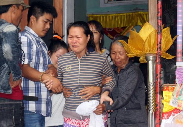 Thứ trưởng Bộ GD-ĐT thăm hỏi và gửi lời chia buồn đến gia đình 6 học sinh chết đuối ngày Tết ở Quảng Nam - Ảnh 4.