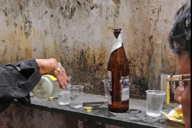 72 người tử vong do uống rượu không rõ nguồn gốc - Ảnh 1.