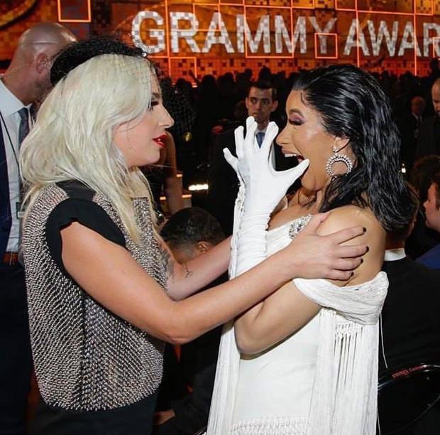 Fangirl Cardi B khi gặp thần tượng Lady Gaga: Đã có kèn Grammy còn tiện tay có thêm phần thưởng khác - Ảnh 4.