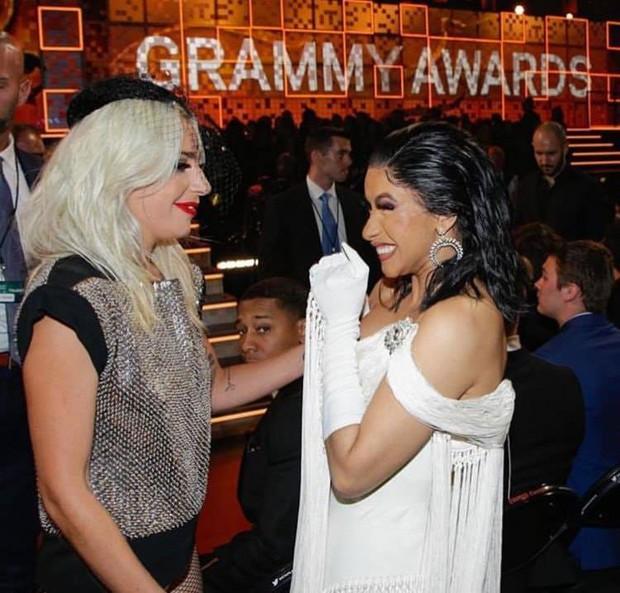 Fangirl Cardi B khi gặp thần tượng Lady Gaga: Đã có kèn Grammy còn tiện tay có thêm phần thưởng khác - Ảnh 3.