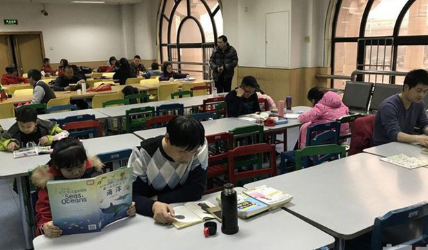 Không có thời gian mở lì xì, trẻ em Trung Quốc lao đầu vào học thêm xuyên Tết - Ảnh 1.
