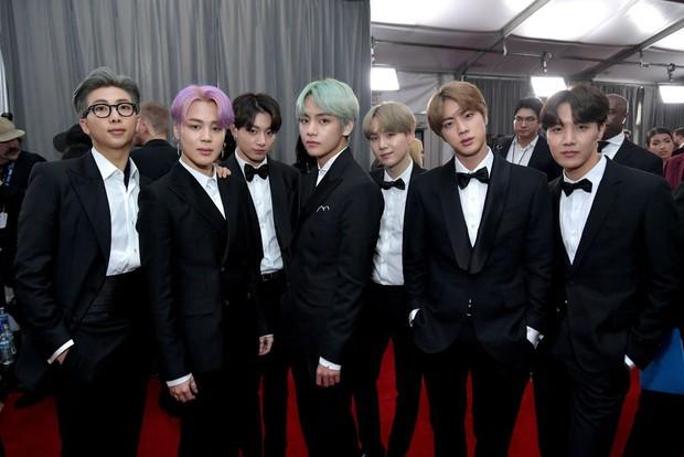 Chùm ảnh: Khoảnh khắc xuất thần của V (BTS) ở Grammy khiến dân tình phải thốt lên Chàng trai với mái tóc xanh lá là ai vậy? - Ảnh 14.