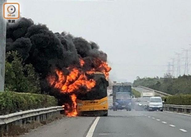 Xe buýt phát nổ, chìm trong biển lửa, 42 du khách Hong Kong may mắn thoát chết - Ảnh 1.