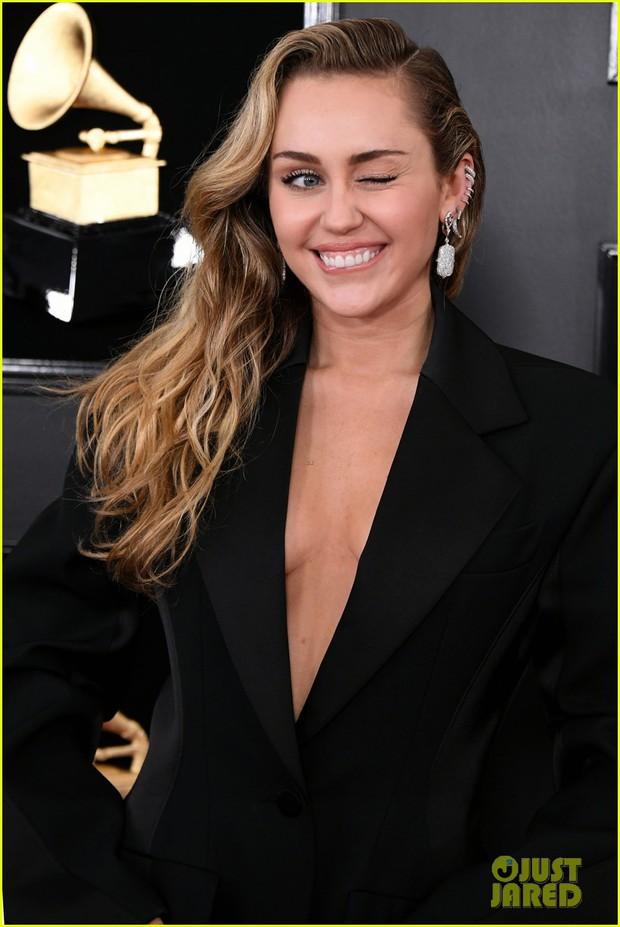 Thảm đỏ Grammy 2019: BTS, Lay (EXO) lung linh, Miley hở ngực bên dàn sao Âu Mỹ ăn diện khó hiểu - Ảnh 10.
