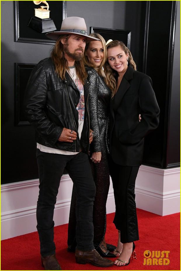 Thảm đỏ Grammy 2019: BTS, Lay (EXO) lung linh, Miley hở ngực bên dàn sao Âu Mỹ ăn diện khó hiểu - Ảnh 14.