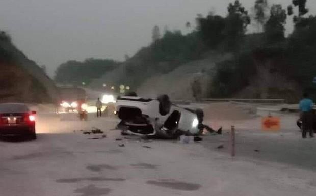 Mazda 6 lật trên cao tốc Nội Bài - Lào Cai, 3 người bị thương - Ảnh 1.