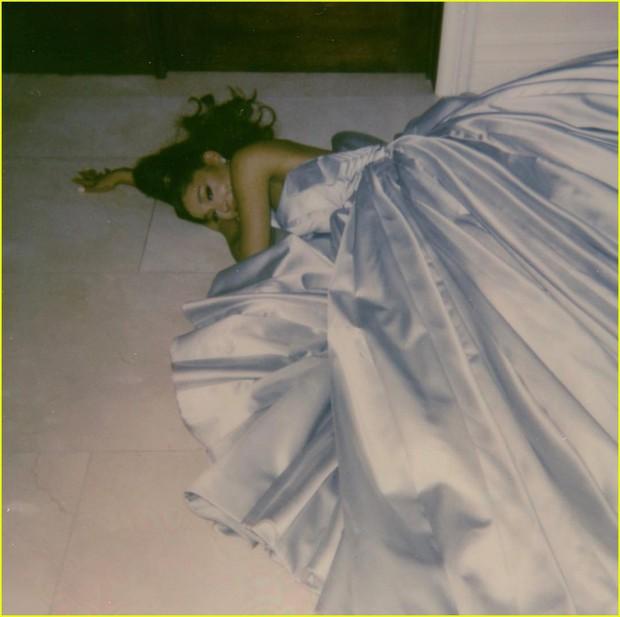 Thánh lầy Ariana Grande: Mặc đầm công chúa ngủ ở nhà mà vẫn hốt luôn Grammy của Taylor Swift - Ảnh 2.