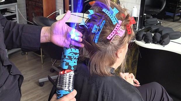 Nổi da gà với ông chú Tây Ban Nha cắt tóc bằng kiếm laser: Đốt cháy xèo xèo, tay dẻo như múa - Ảnh 1.