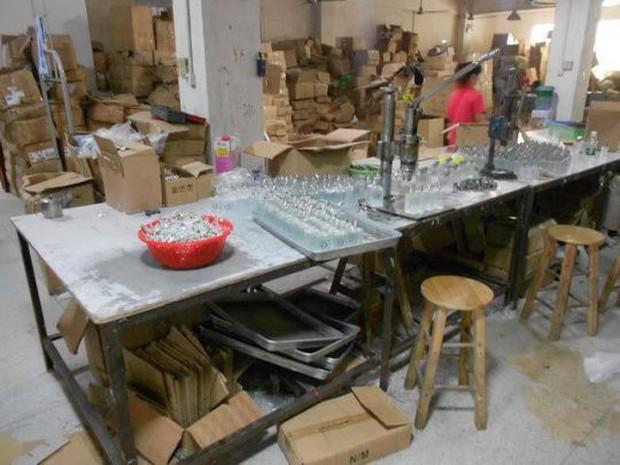 Cảnh báo dịp Valentine: Triệt phá cơ sở sản xuất nước hoa giả có chứa nước tiểu và phân chuột - Ảnh 1.