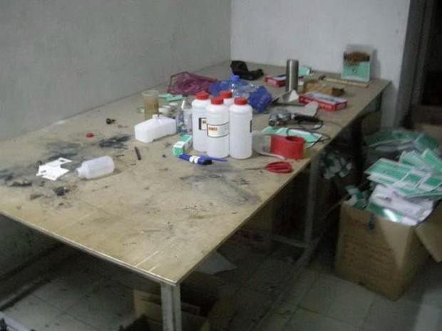 Cảnh báo dịp Valentine: Triệt phá cơ sở sản xuất nước hoa giả có chứa nước tiểu và phân chuột - Ảnh 2.